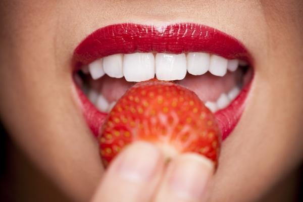4 Trik Mudah Dan Murah Memutihkan Gigi Dalam Sekejap Womantalk