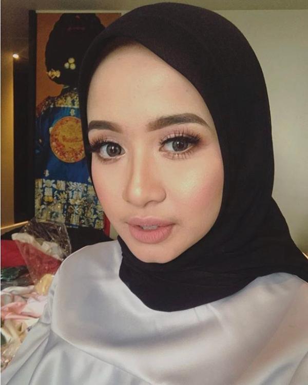 13 Gaya Hijab Hitam Ala Laudya Cynthia Bella Womantalk