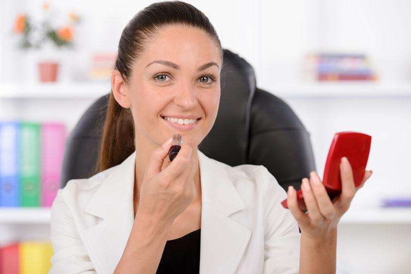 Ini Warna Lipstik Yang Selalu Ada di Tas Perempuan