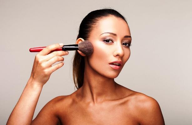 Secara Ilmiah, Makeup Memang Bisa Membuat Wajah Lebih Muda