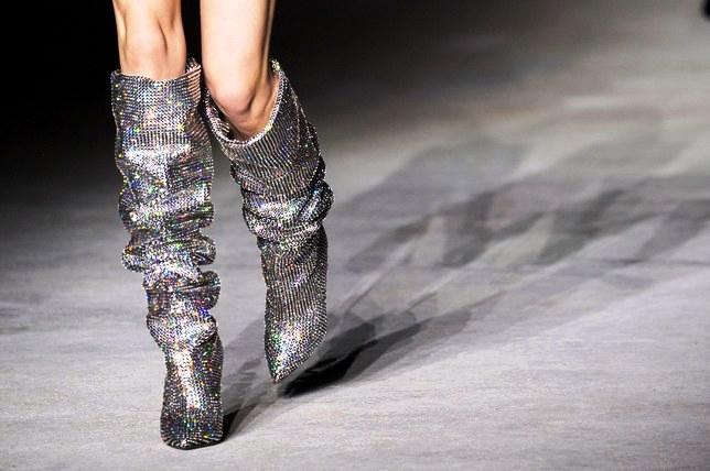 Sepatu Boots Kristal Ini Terjual Habis Berkat Para Selebriti