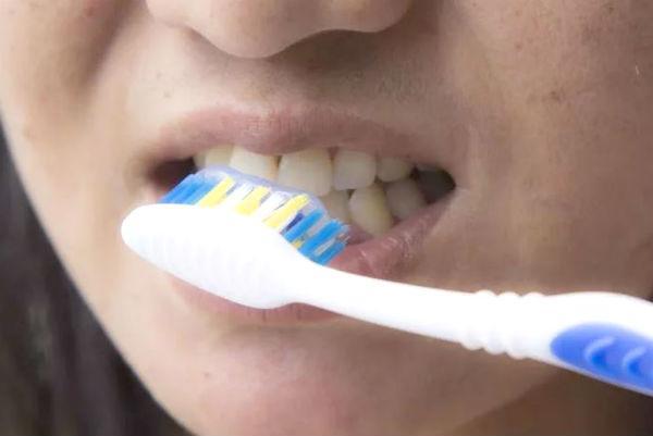 Cara Mudah Alami Putihkan Gigi Dengan Kulit Pisang Womantalk
