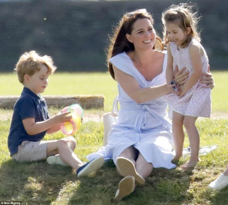 Sederhana Seperti Rakyat Biasa, Ini Gaya Kate Middleton Saat Berlibur Bersama Keluarga