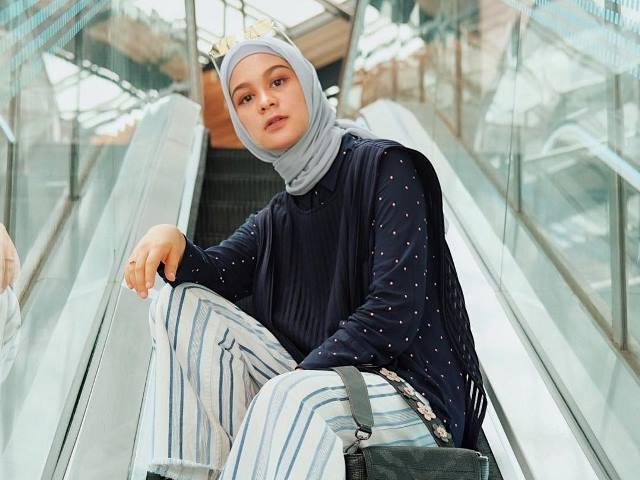 Inspirasi Gaya Hijab Abu Abu Untuk Anda Penggemar Warna Monokrom